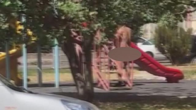 Çırılçıplak çocuk parkına daldı!