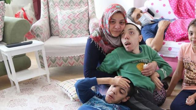 Doğuştan engelli iki çocuğuna bakan baba kansere yenik düştü