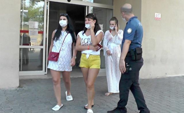 Maske uyarısı yapan hemşirenin yüzüne terlik fırlattılar