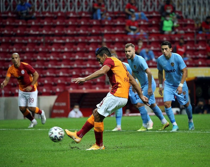 Galatasaray'a 2 dünya yıldızı birden
