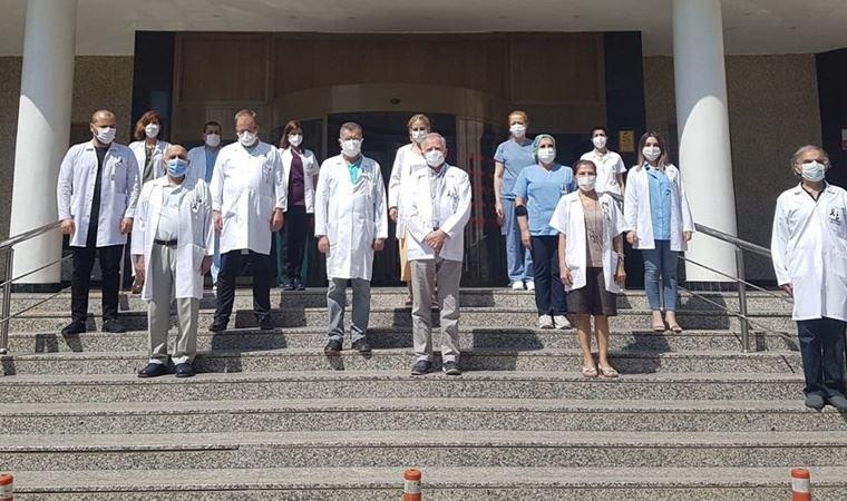 Sağlık çalışanlarından ''siyah kurdeleli'' saygı duruşu