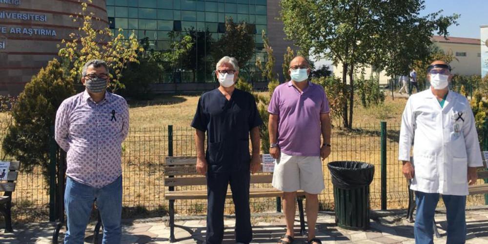 Bahçeli ''kapatılmalı'' demişti, sağlık çalışanları siyah kurdele taktı
