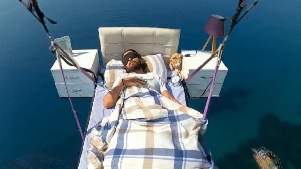 Alanya'da yatakla uçarken uyudu!