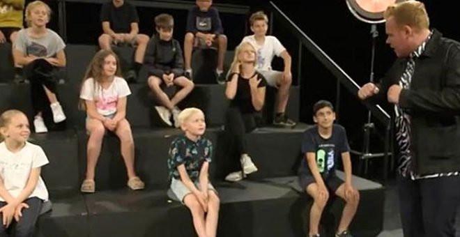 Çocuk kanalında rezalet: Yetişkinler çocukların önünde soyundu