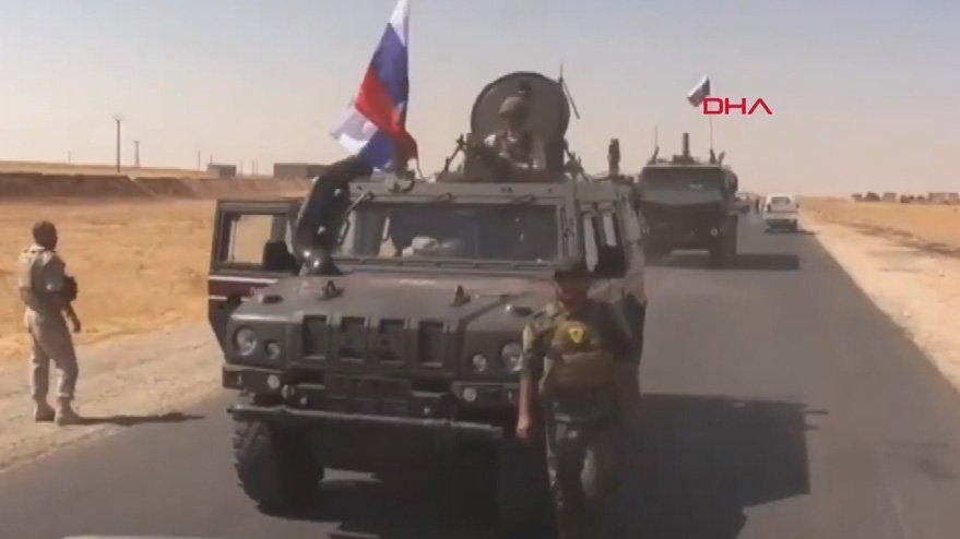 Suriye'de skandal görüntü! Rus askerleri, YPG'li teröristle yan yana