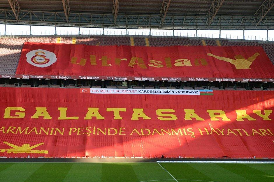 Derbide Azerbaycan'a destek pankartı