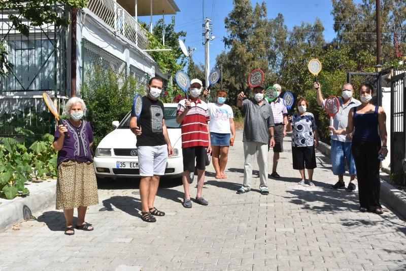 İzmir'de kanalizasyonsuz mahallede raketlerle sinek avına çıkıyorlar