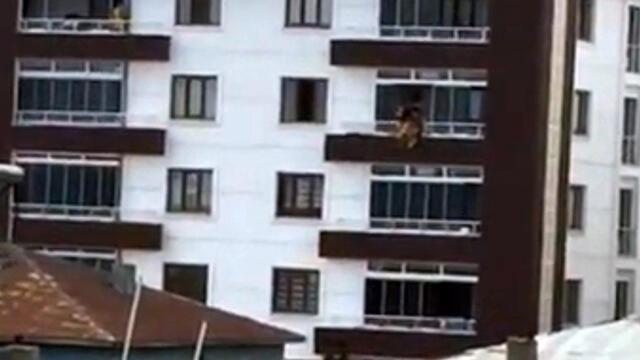 17 yaşındaki genç kız dördüncü katın balkonundan düştü