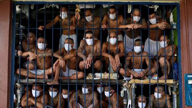 Dünyanın konuştuğu görüntüler! Hapishanede ''balık istifi''