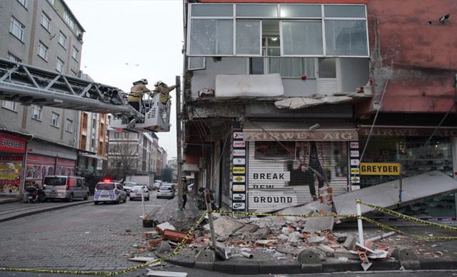 İstanbul'da binanın balkonu çöktü