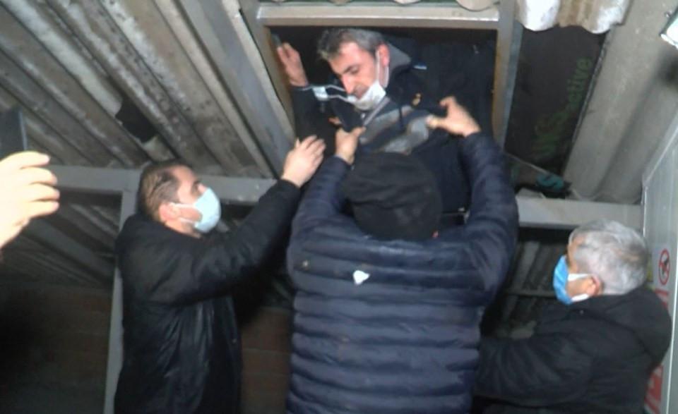 Polis bastı, çatıya kaçtılar! 3 saatte zor ikna ettiler