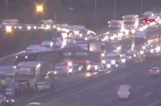 İstanbul'da 12 araç birbirine girdi! Trafik felç! İşte ilk görüntüler...