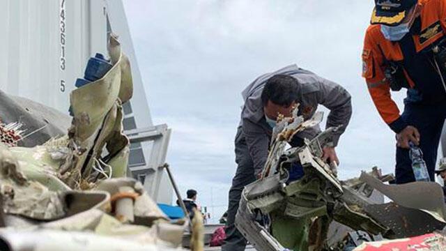 Endonezya'da düşen uçağın kara kutusu bulundu