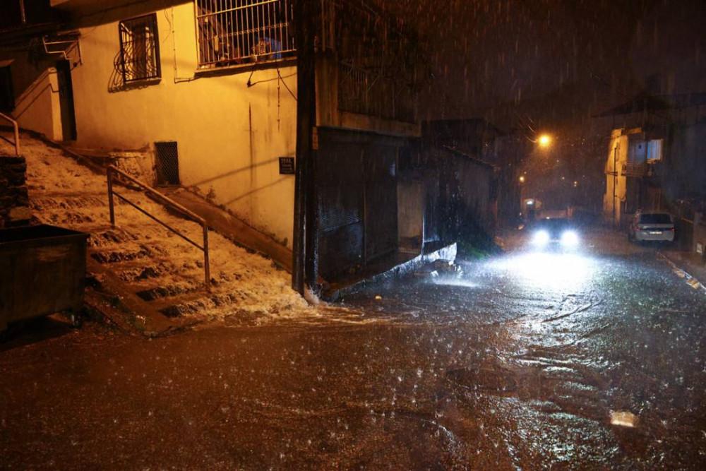 İzmir'de etkili sağanak sele neden oldu