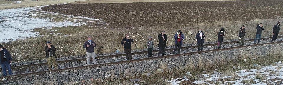 Tren yoluna dizilip, dua ettiler! ''Ocak'ta böylesi görülmedi''