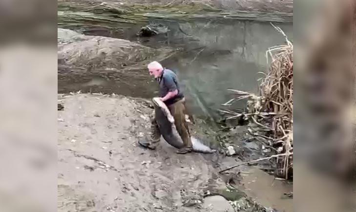 Böyle yöntem görülmedi! Boyu kadar balığı avladı