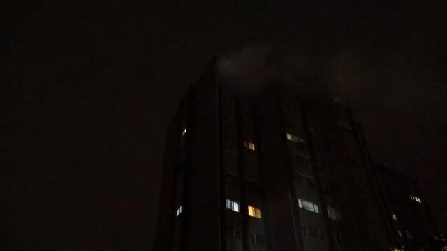 Kız arkadaşının ellerini bağlayıp evi ateşe verdi