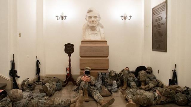 Dünya bu fotoğrafları konuşuyor: ABD askerinin Kongre nöbeti