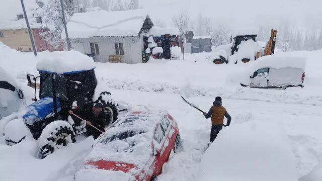 Tunceli'de kar yağışı nedeniyle araçlar ve evler kar altında kaldı