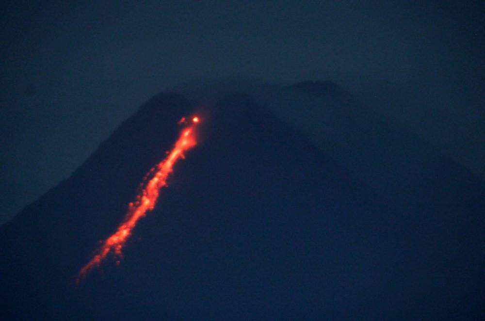 Endonezya'da Merapi Yanardağı son 6 saatte 36 kez lav püskürttü - Resim: 3