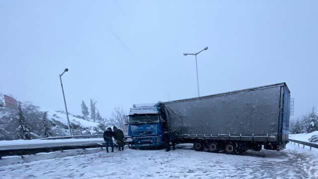 Karla kaplı yolda kayan TIR, yolu ulaşıma kapattı