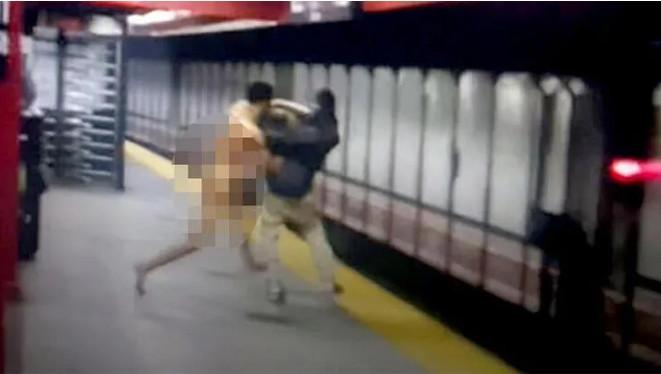 Metroda çıplak saldırgan paniği! Tartıştığı kişiyi raylara attı!