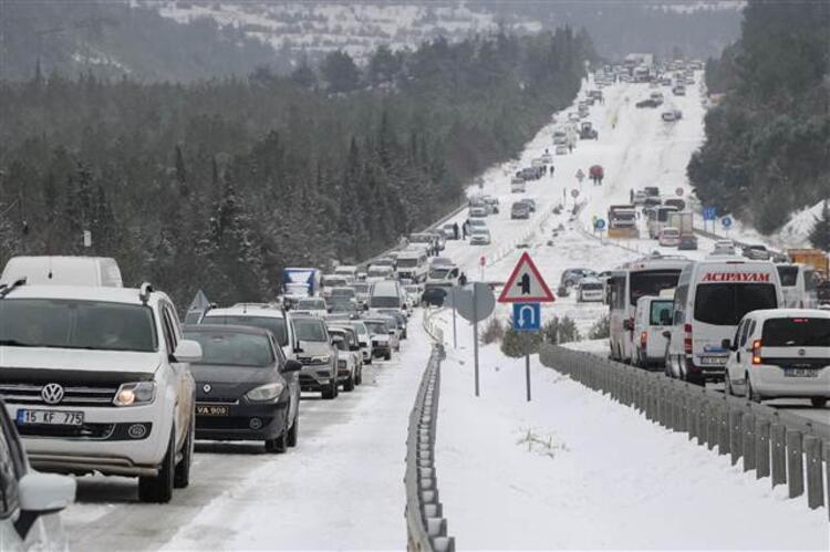 Sürücülerin kar çilesi! Yol kapandı, 5 kilometrelik kuyruk oluştu