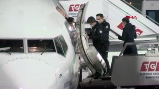 Uçakta sigara içen yolcuyu inişte polis karşıladı