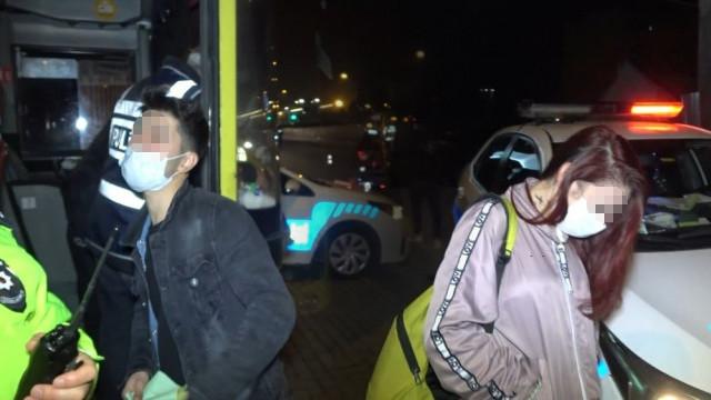 Kısıtlamada minibüsle gezen gençler: Uyuşturucu satmaya çıktık