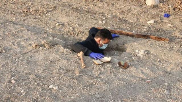 Tarlasını süren çiftçi toplu mezar buldu