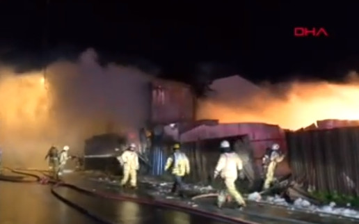 İstanbul'da geceyarısı korkutan yangın
