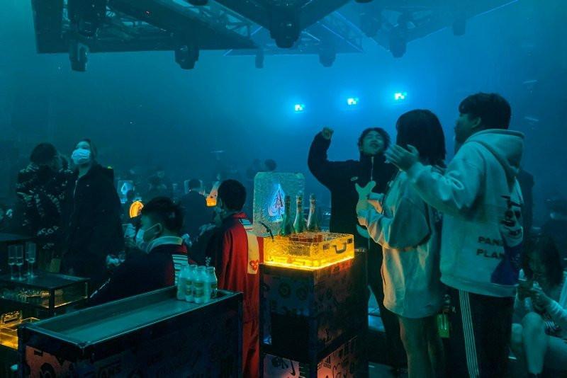Wuhan'da gece kulüpleri doldu taştı - Resim: 4
