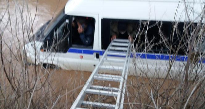 Dere yatağına batan minibüsten böyle kurtarıldılar