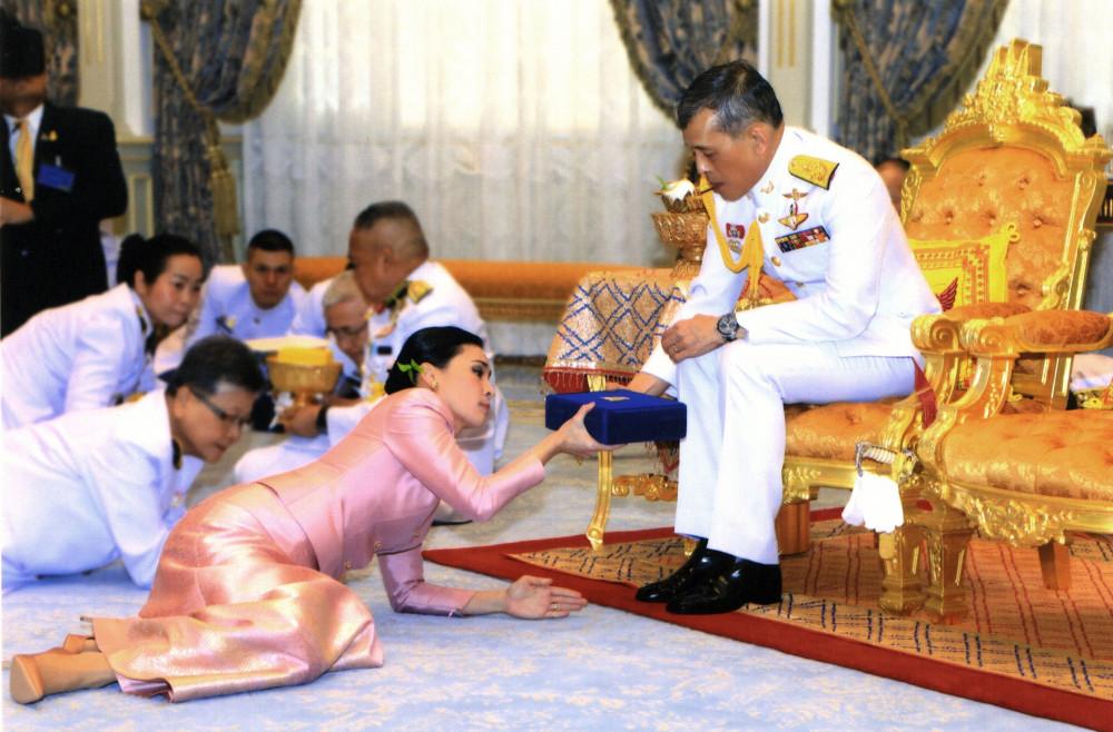 Tayland kralından bomba karar! Metresini kraliçe yaptı - Resim: 1