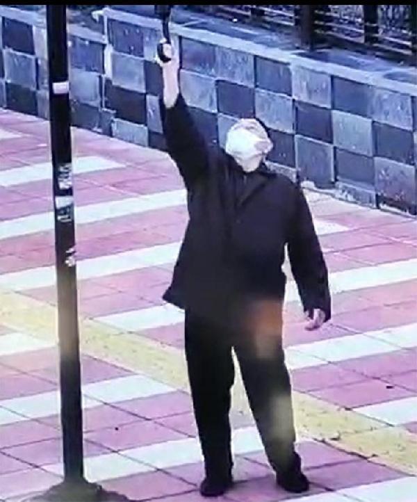 Yaşlı adamın bayrak hassasiyeti