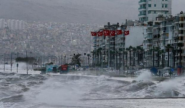 İzmir'de kırmızı alarm: ''Denize sakın yaklaşmayın!''