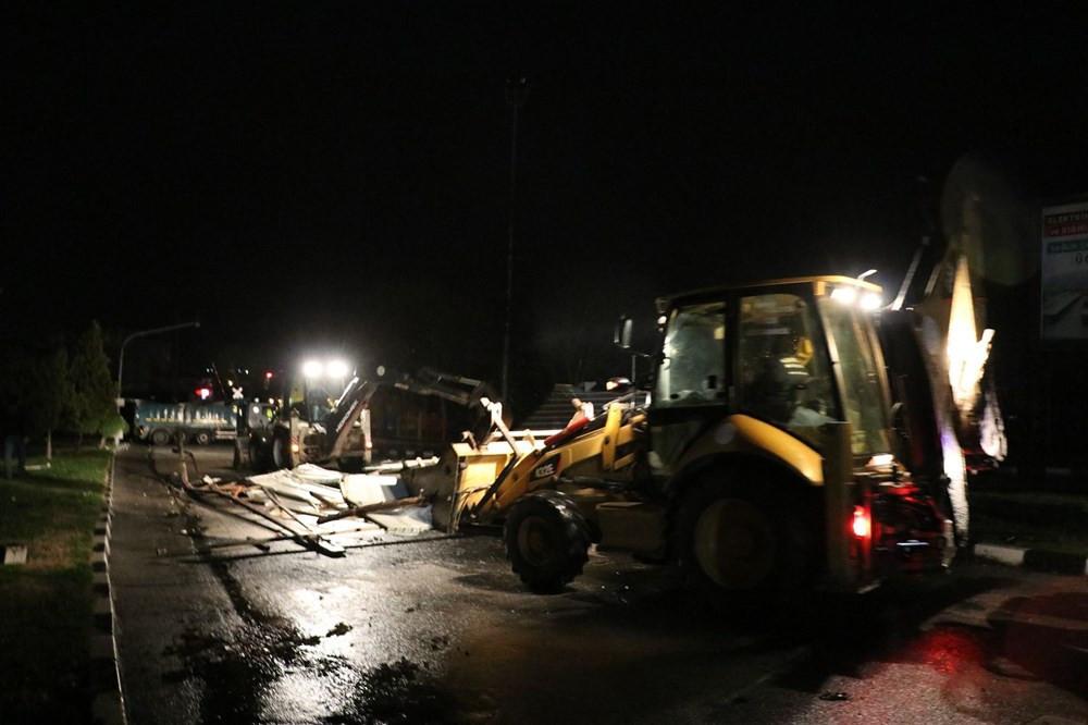 Manisa'da fırtına: Çatılar uçtu, ağaçlar ve direkler devrildi - Resim: 1