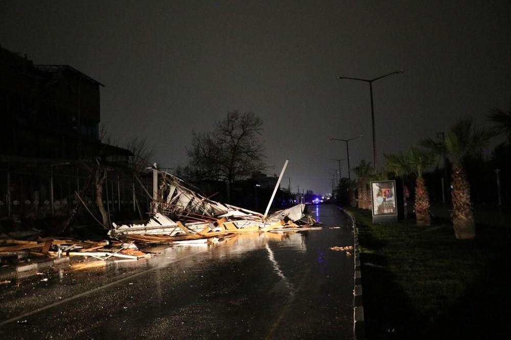 Manisa'da fırtına: Çatılar uçtu, ağaçlar ve direkler devrildi