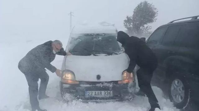 Edirne Valisi, karda mahsur kalan araçları kurtarmak için yardım etti