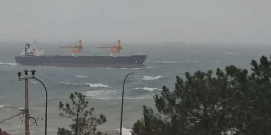 Yük gemisi İstanbul açıklarında karaya oturdu