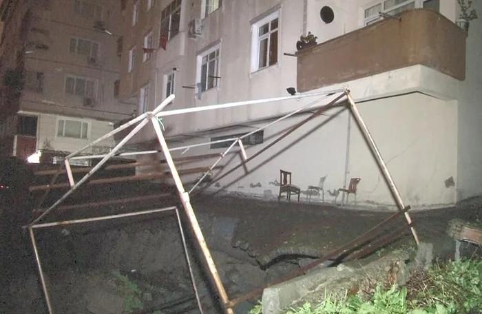 İstanbul'da bir binanın istinat duvarı çöktü