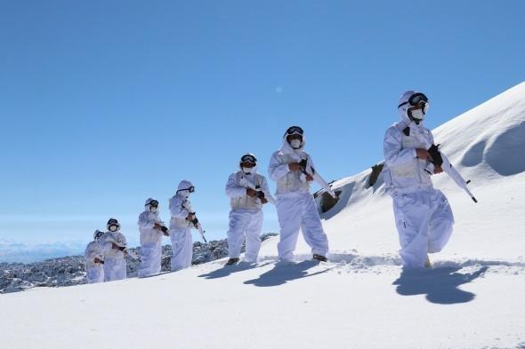 Karlı dağları yuva yapan hudut kahramanları görev başında - Resim: 1