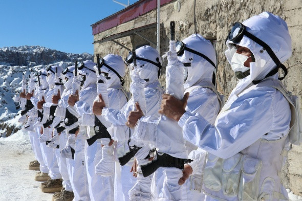 Karlı dağları yuva yapan hudut kahramanları görev başında - Resim: 3