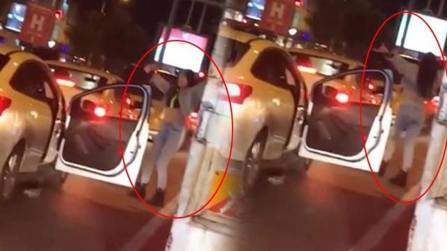 Trafikten sıkılan genç kız, araçtan inip dans etti