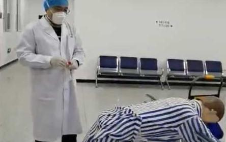 Çin anüsten koronavirüs testinin video görüntülerini yayınladı