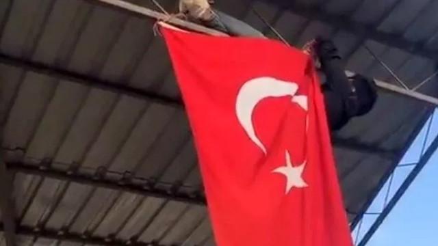 İpi kopan Türk bayrağını hayatı pahasına düzeltti