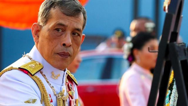Tayland kraliyetinde kriz: Kraliçe ''resmi metres''e karşı
