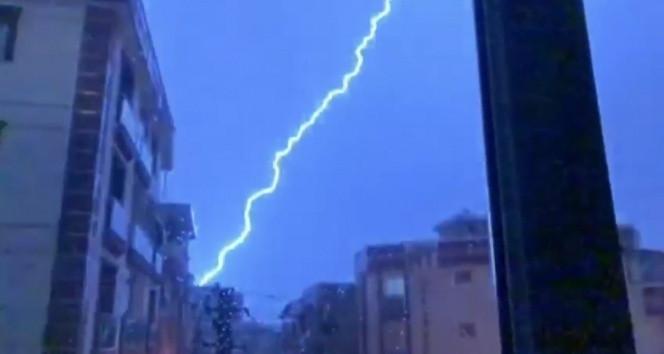 İzmir'de yıldırımlar geceyi aydınlattı