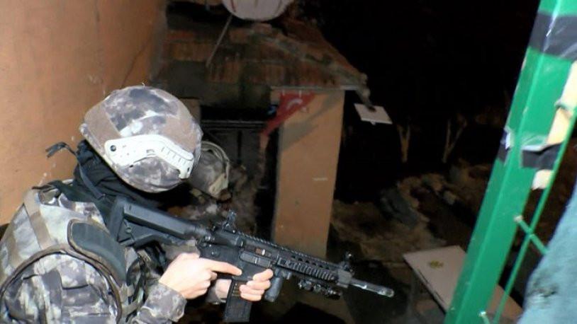Özel harekat uzun namlulu silahlarla yanlış evi bastı