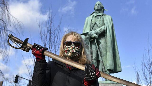 1980 yılında heykelden çaldığı kılıcı iade etti
